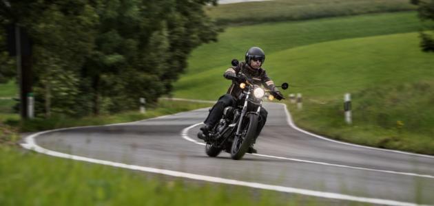 Motorradfahrer bremst in Kurve