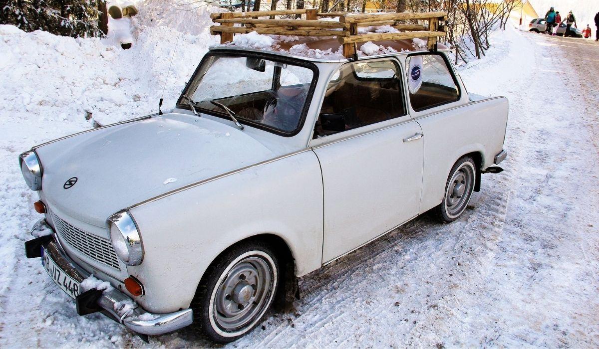 Oldtimer im Schnee im Winter fahren